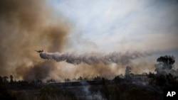 Pesawat tempur melintasi kebakaran yang disebabkan oleh balon yang diikat kain terbakar oleh warga Palestina dari Jalur Gaza di Karmia dekat perbatasan Israel dan Gaza, Kamis, 11 Oktober 2018.
