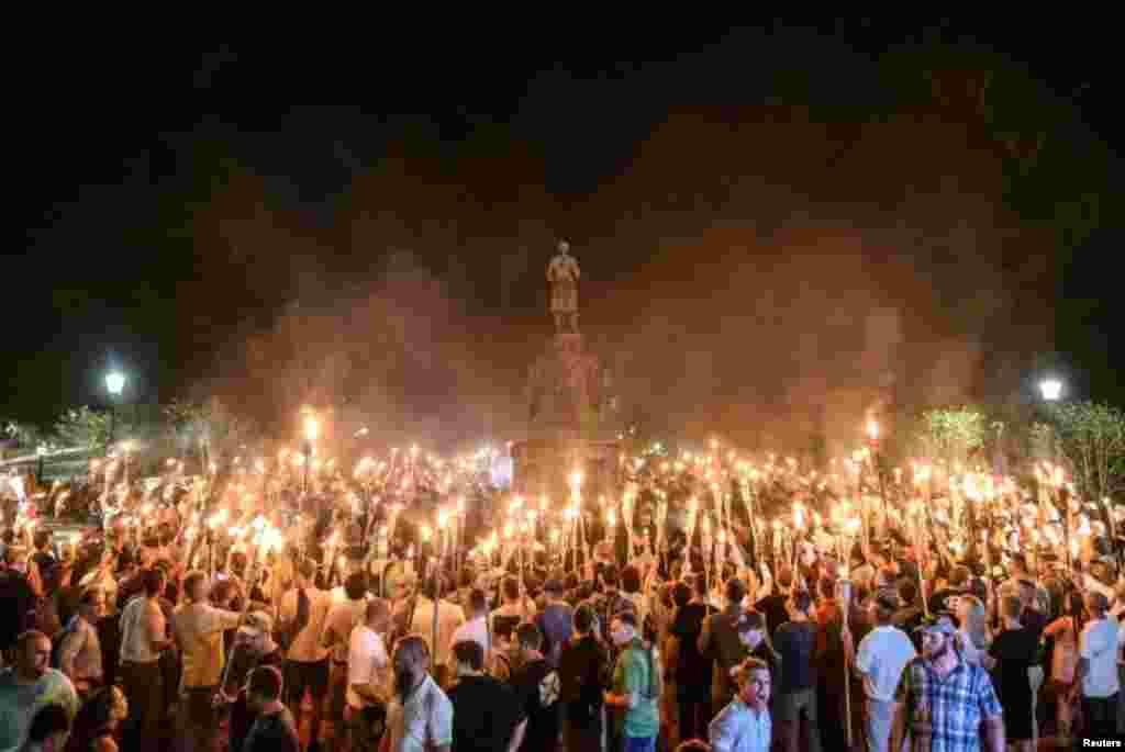 شارلٹس ول میں گزشتہ سال 11 اگست کو یونیورسٹی آف ورجینیا کے احاطے میں سفید فام نسل پرستوں نے مشعل بردار ریلی نکالی تھی جس کے اگلے روز سفید فام نسل پرستوں اور نسل پرستی کے خلاف احتجاج کرنے والے مظاہرین میں جھڑپیں ہوئی تھیں۔ (فائل فوٹو)