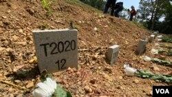 葬在香港沙嶺公墓無人認領的遺體,墓碑上沒有姓名,只有編號及下葬的年份。很多香港市民認為今年下葬的無名死者,是去年參與反送中運動犧牲性命的抗爭者,趁清明節期間向他們獻花拜祭。(美國之音湯惠芸)