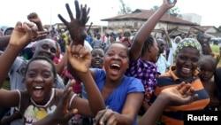Celebrações nas ruas de Bujumbura depois de anúncio do afastamento do presidente Pierre Nkurunziza