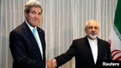 ABD ve İran dışişleri bakanları Cenevre'de görüşme öncesi el sıkışırken