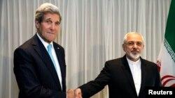 Ngoại trưởng Hoa Kỳ John Kerry bắt tay với ngoại trưởng Iran Mohammad Javad Zarif trước cuộc họp ở Geneva, 14/1/2015.