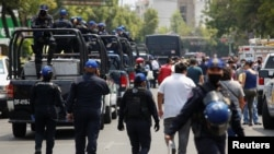 Polisi berpatroli di pasar ikan La Viga fish yang ramai pengunjung di tengah merebaknya wabah virus corona di Mexico City, Meksiko, 9 April 2020.