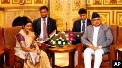 အိႏၵိယႏိုင္ငံျခားေရးဝန္ႀကီး Sushma Swaraj (ဝဲ) နဲ႔ နီေပါႏိုင္ငံျခားေရးဝန္ႀကီး Mahendra Bahadur Pandey (ယာ) (ဂ်ဴလိုင္ ၂၆၊ ၂၀၁၄)
