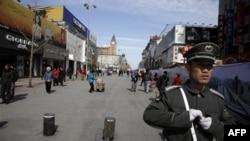 Китайский полицейский патрулирует район, ограничивающий деятельность иностранных журналистов, работающих в Пекине