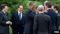 Barack Obama comparte con otros lideres mundiales mientras posan para la prensa durante la reunión del G20 en Canadá.