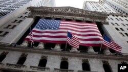 美国国旗飘扬在纽约证券交易所外墙上