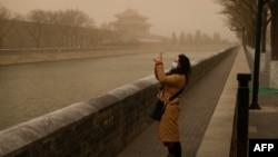 北京又遭沙塵暴襲擊。(2021年3月15日)