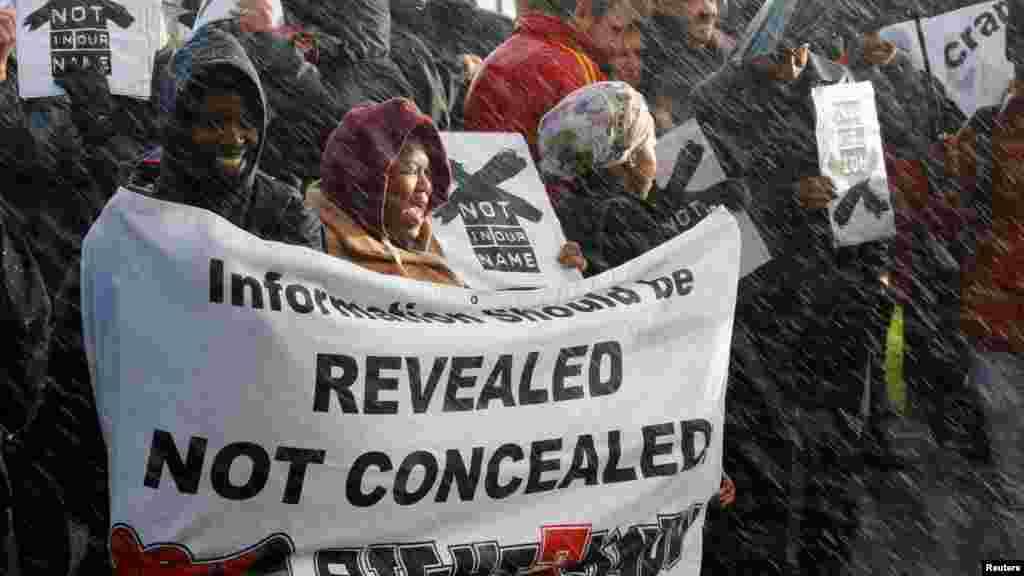 Les manifestants protestent contre la radio-télévision publique à Cape Town, en Afrique du Sud, le 1 juillet 2016.