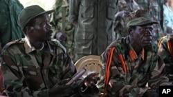 Le leader de la LRA, Joseph Kony, et son adjoint, Vincent Otti, sous une tente, en 2006, à Ri-Kwamba, au Sud-Soudan