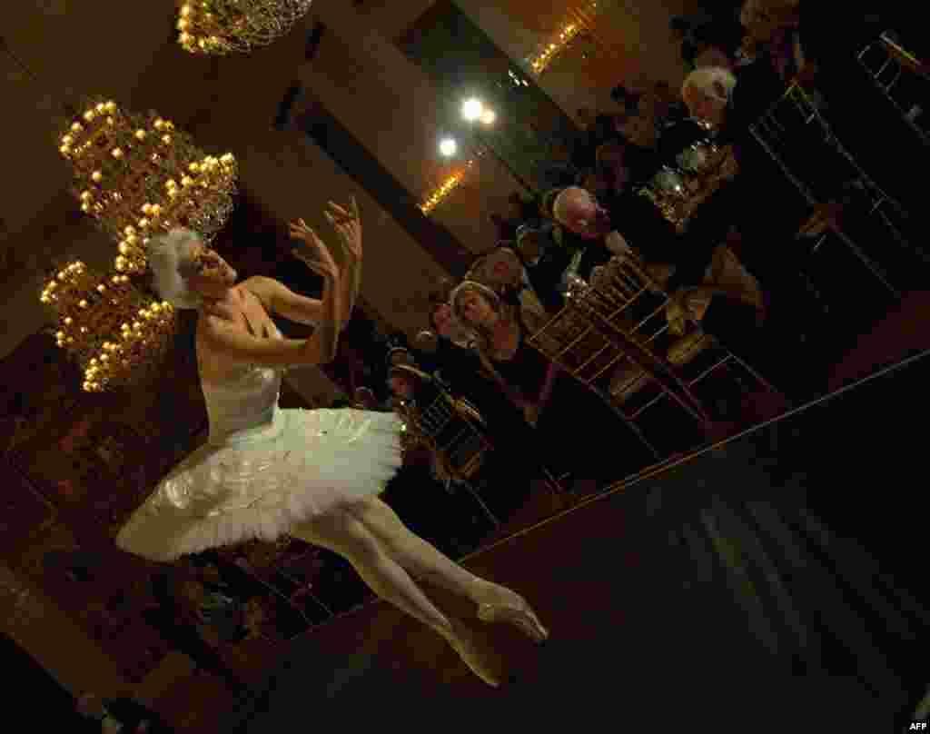 На сцене балерина Вероника Парт