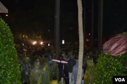雨中的抗议学生(美国之音申华拍摄)