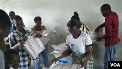 Petugas pemilu melakukan perhitungan suara di Kinshasa, Republik Demokratik Kongo (29/11). Peninjau Eropa melaporkan pemilu di Kongo sarat ketidakberesan.