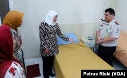 Gubernur Jawa Timur Khofifah Indar Parawansa melihat kondisi ruang isolasi sementara di Bandara Juanda (Foto:VOA/Petrus Riski).