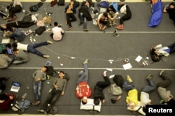 人们睡在地板上,等待杭州苹果专卖店开门(2015年4月24日)