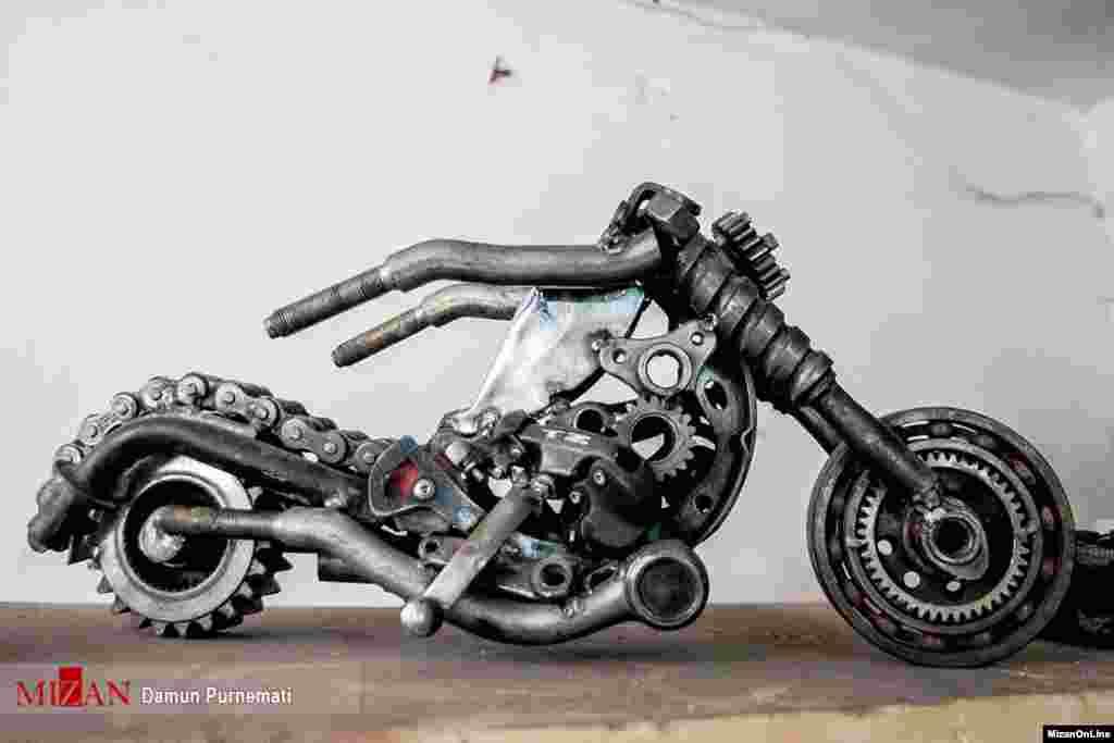 خلق آثار هنری با ضایعات خودرو توسط دانش آموخته معماری در کرج عکس: دامون پورنعمتی
