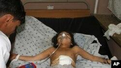 Một bé gái Afghanistan bị thương trong vụ đánh bom xe ở đang được cấp cứu tại một bệnh viện ở Afghanistan.