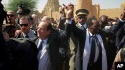 2일 말리를 방문한 프랑수아 올랑드 프랑스 대통령(왼쪽)과 디오쿤다 트라오레 말리 대통령.
