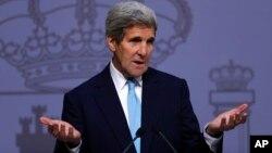 Menlu AS John Kerry menjawab pertanyaan wartawan dalam konferensi pers di Madrid, Spanyol, Senin (19/10).