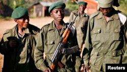 Un enfant soldat (C), connu sous le nom «kadogo», qui signifie «petit» en swahili, à Kanyabayonga, en RDC, le 17 Novembre 2008.