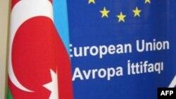 Avropa İttifaqı və Azərbaycan bayraqları