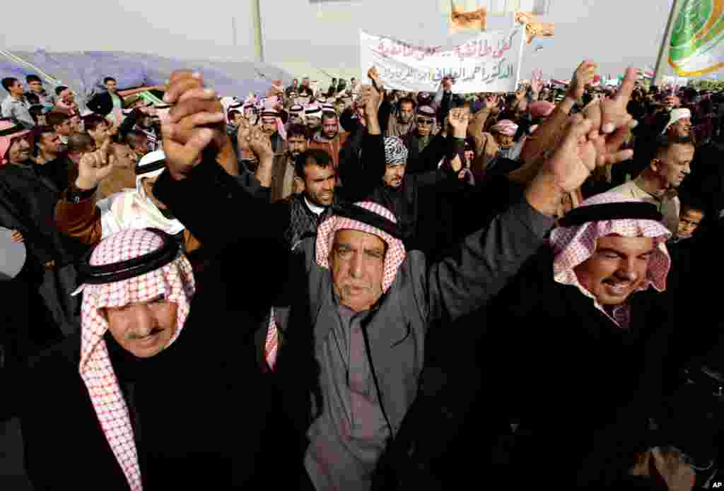 Protesters chant slogans against Iraq's Shiite-led government during a demonstration in Ramadi, Iraq, January 24, 2013. Thousands of Iraqi Sunnis massed along a major western highway in a demonstration, intensifying pressure on the Shiite-led government.