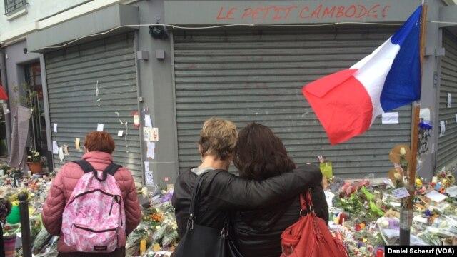 Hoa được đặt trước nhà hàng Le Petit Cambodge và Le Carillon để tưởng nhớ các nạn nhân của các vụ tấn công khủng bố.