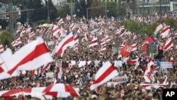 星期天,数以万计的白俄罗斯民众走上明斯克街头,抗议总统大选的结果。