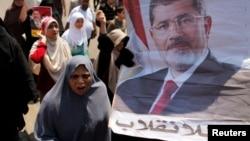 Thành viên nhóm Huynh đệ Hồi giáo và những người ủng hộ ông Morsi tuần hành trong thành phố Nasr, Ai Cập