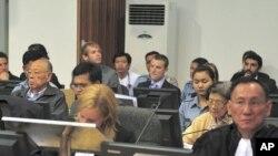 英萨利(第二排左一)和英蒂利在法庭的特别席上