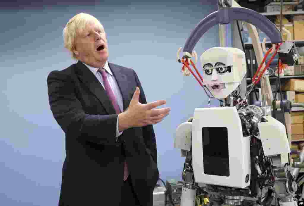 İngiltere Dışişleri Bakanı Boris Johnson, Tokyo'daki Waseda Üniversitesi kampüsünde Bilim ve Mühendislik Araştırma Enstitüsünde insansı bir robot ile