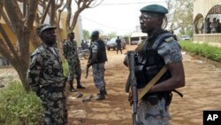 Malian soldiers stand in guard in Kati, outside Bamako, March 30, 2012.