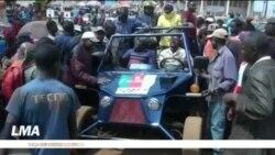 Une voiture à base de matières recyclées sur la route au Cameroun