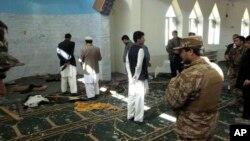Polisi dan pejabat setempat memeriksa masjid Puli Alam di provinsi Logar, Afghanistan pasca ledakan bom (15/10). Bom yang disembunyikan di microfon mesjid tersebut meledak dan menewaskan Gubernur Afghanistan Arsallah Jamal saat menyampaikan kotbah Idul Adha.