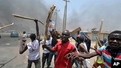 Jovens contstando os resultados eleitorais na cidade do Kano no norte da Nigéria