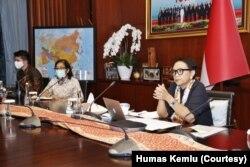 """Menteri Luar Negeri Retno Marsudi dalam pertemuan virtual dwi-mingguan """"Ministerial Coordination Group on COVID 19 (MCGC)"""", Selasa (12/5). (Foto: Humas Kemlu)"""