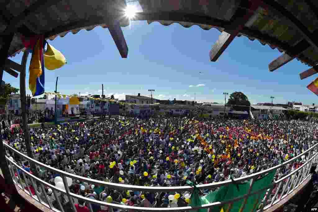Umat berkumpul di depan Lembaga Pemasyarakatan Palmasola di Santa Cruz, Bolivia. Paus Fransiskus mengunjungi penjara yang penuh sesak, sarat dengan kekerasan dan sering diwarnai dengan perkelahian antar geng.