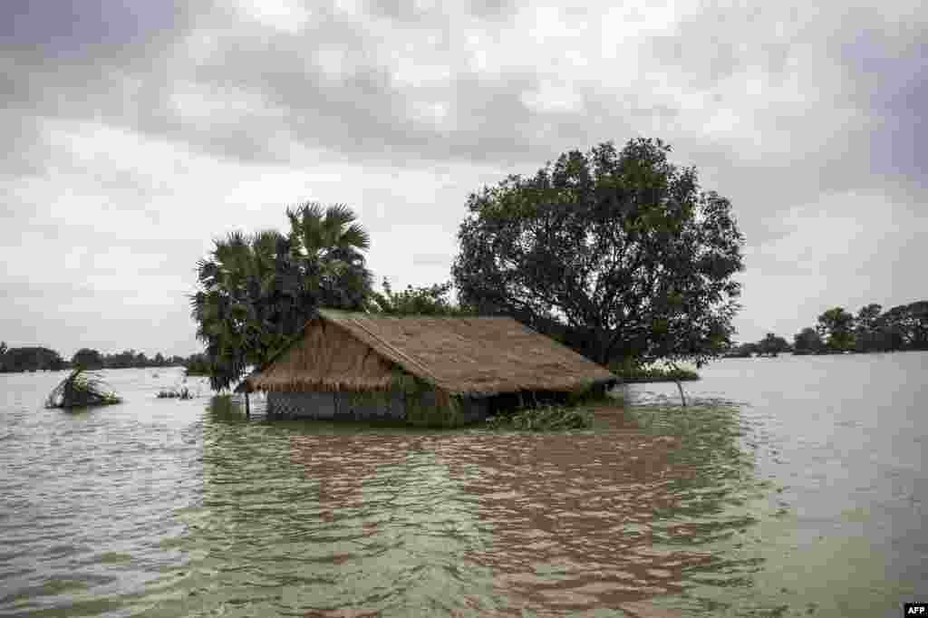 غرق شدن یکی از خانه های منطقه جنوب شرقی میانمار در پی وقوع سیل و بالا آمدن سطح آب در آن منطقه