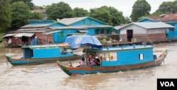 FILE PHOTO- Ethnic Vietnamese floating houses are seen on Kampong Thom's Tonle Sap Lake, Cambodia, August 07, 2016. (Leng Len/VOA Khmer)