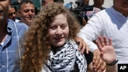 احد تمیمی اسرائیلی جیل سے رہائی کے بعد اپنے گاؤں واپس پہنچے پر خوشی کا اظہار کر رہی ہے۔