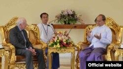 Cựu Tổng thống Hoa Kỳ Jimmy Carter (trái) hội đàm với Tổng thống Miến Điện Thein Sein trong chuyến đi thăm Miến Điện