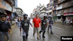 Polisi Nepal menahan demonstran (tengah) dalam protes yang diorganisir Federasi Kebangsaan Suku Asli Nepal (NEFIN) di Kathmandu, Nepal, Agustus 2015.