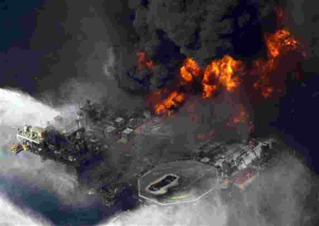 Esta foto es del 21 de abril de 2010 en el Golfo de México. Una investigación federal descubrió que un trozo de tubería de perforación atrapado impidió evitar las explosiones y la detención del derrame masivo de petróleo.