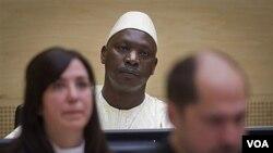 Lubanga se mantuvo impasible en la corte vestido con una túnica blanca tras negar todos los cargos en su contra.