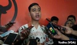 Putra Presiden Jokowi, Gibran Rakabuming Raka, saat mendatangi kantor DPC PDIP Solo, Senin (23/9). (Foto: VOA/ Yudha Satriawan)