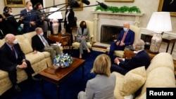 美國總統拜登和副總統哈里斯在白宮橢圓形辦公室會晤一組兩黨參議員,談論基礎設施投資問題。(2021年2月11日)