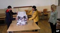 Članovi izborne komisije prebrojavaju glasove u severnom delu Mitrovice (Foto: AP)