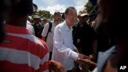 El secretario general de la ONU, Ban Ki-moon, saluda a haitianos a su llegada a Hinche, Haití.