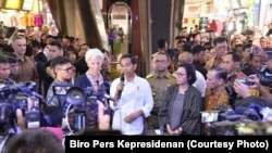 Presiden Joko Widodo dan Direktur Pelaksana IMF Christine Lagarde memberi keterangan di pasar Tanah Abang. (Foto: Biro Pers Kepresidenan)