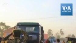 Des corps de victimes tuées dans une embuscade de miliciens arrivent à la morgue